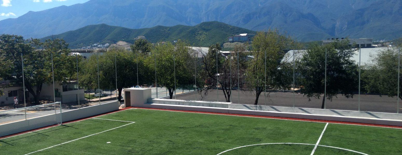 Instituto SIMA: Cancha de soccer y estacionamiento