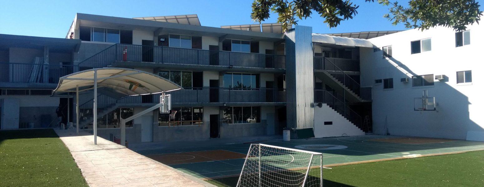 Instituto SIMA: Primer edificio: Vista interior del primer edificio y sus canchas de basketball y dos canchas pequeñas de soccer