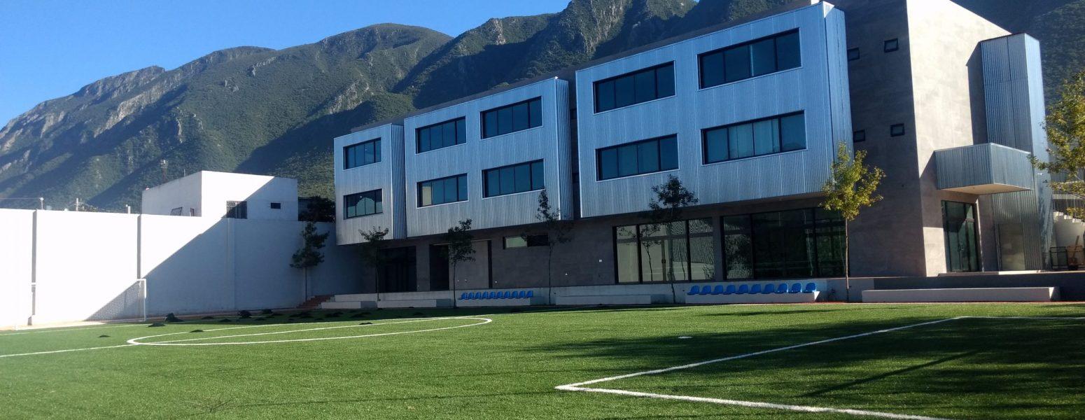 Instituto SIMA: Segundo edificio y su cancha de soccer de pasto artificial